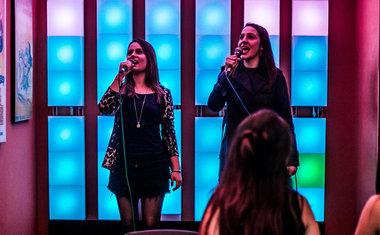 Pra soltar a voz! Veja 8 bares e baladas com karaokê pra se divertir com os amigos