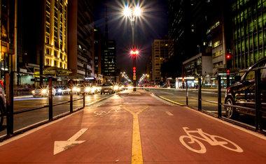Fazer um passeio noturno pelas ciclovias de São Paulo