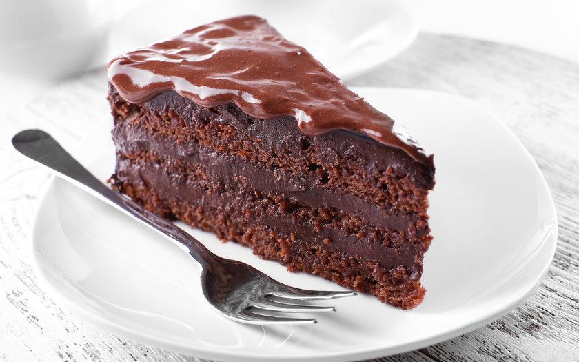 Bolo de chocolate fofo e molhadinho