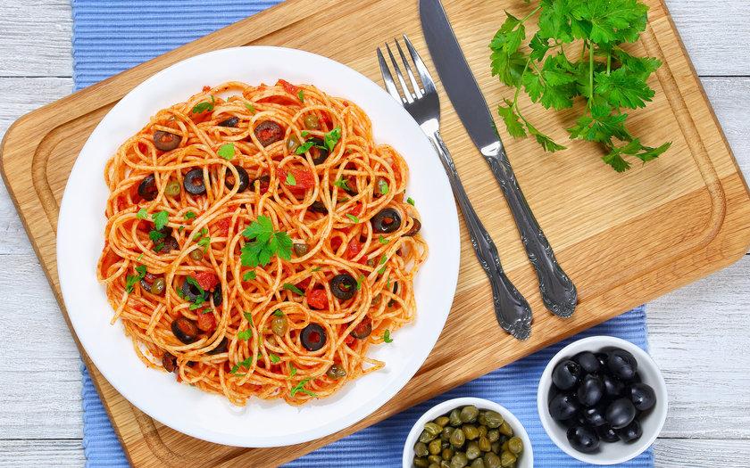 Spaghetti com tomate fresco, azeitona e alho