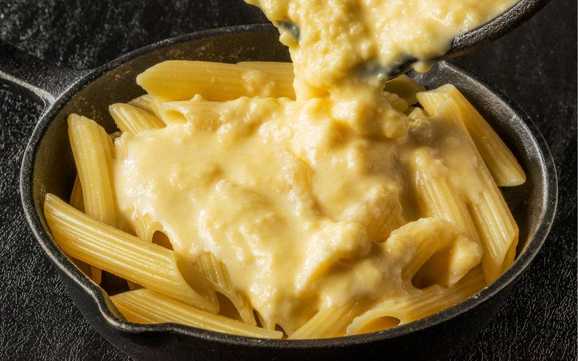 Macarrão ao molho de três queijos