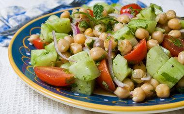 Salada de pepino, berinjela e grão de bico