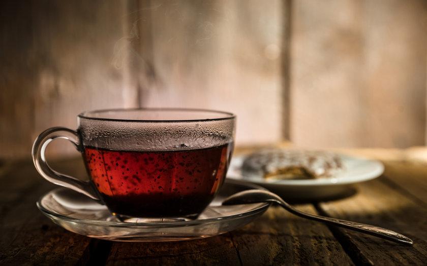 Chá preto com chocolate quente e canela