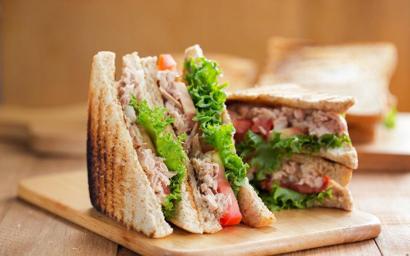 Sanduíche de atum no pão sírio