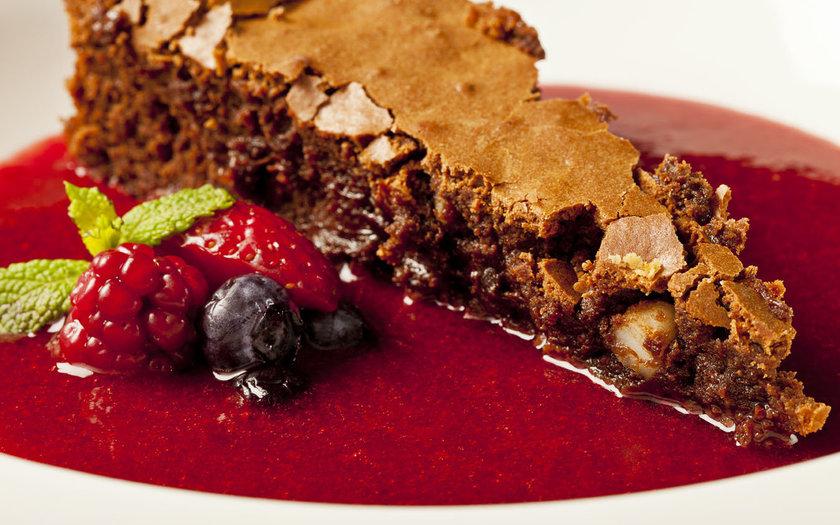 Fondant de chocolate e sopa de frutas vermelhas