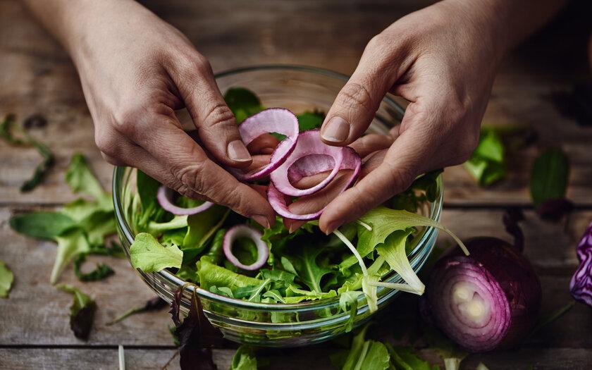 Salada de cebola grelhada com molho