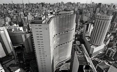Mostra na Estação Largo Treze do metrô apresenta São Paulo em fotos em preto e branco