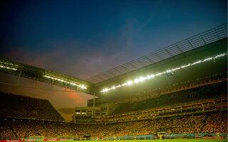 Assistir a um jogo de futebol em um dos estádios da cidade