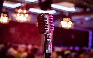 Cantar em alto e bom som em um dos karaokês da Liberdade