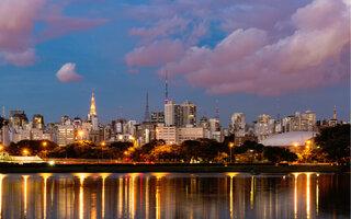 Passear no Parque Ibirapuera durante a noite e ver um show no auditório