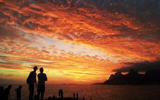 Aplaudir o pôr-do-sol no Arpoador