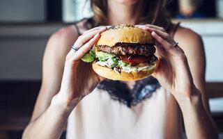 Devorar um hambúrguer depois da balada/bar
