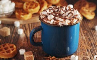 Chocolate Quente com Marshmallow e Pasta de Amendoim