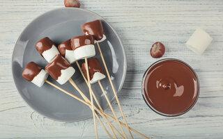Espetinhos de marshmallow com chocolate