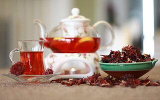 Chá de hibisco com gengibre e limão siciliano