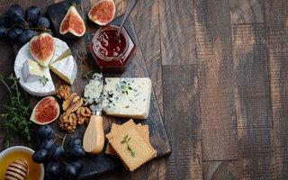 Brie com geleia de blueberries