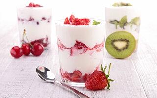 Copinhos de frutas e iogurte