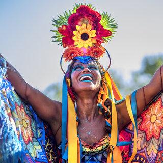 Na Cidade: Desfile da Orquestra Voadora em São Paulo