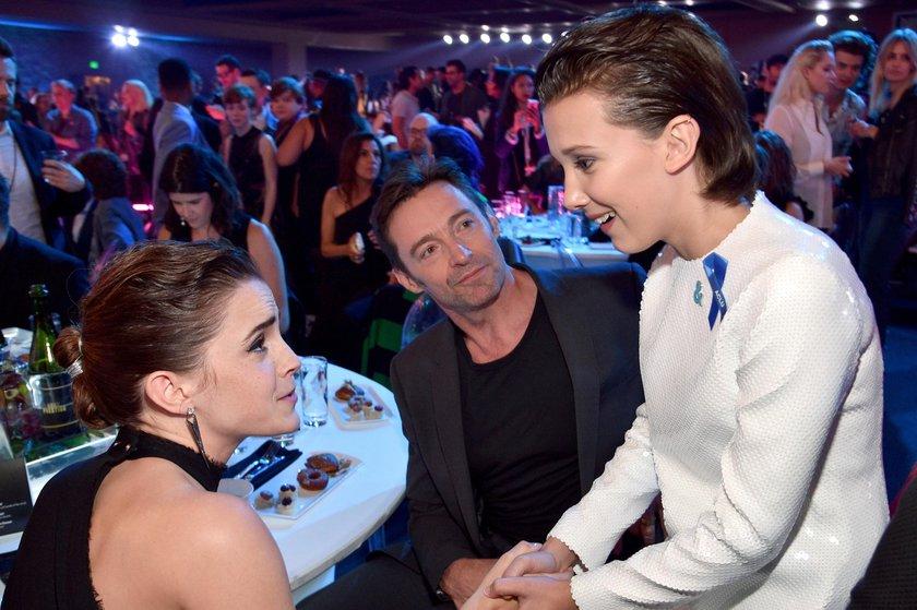 Emma Watson e Millie Bobby Brown, premiadas no MTV Movie Awards, se conhecem durante o evento