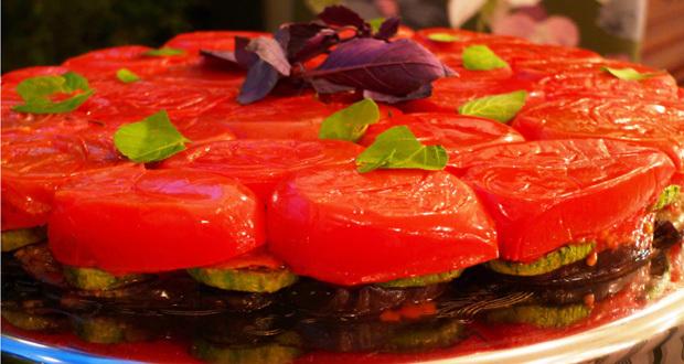Tarte tatin de tomates com legumes e cogumelos grelhados