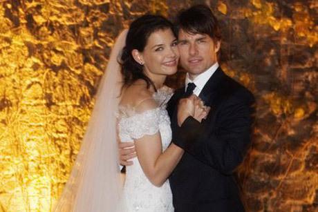 Katie Holmes usou vestido Giorgio Armani em seu casamento com Tom Cruise Créditos: Reprodução