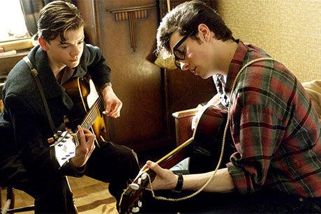 Paul McCartney e John Lennon tocam juntos, ainda adolescentes