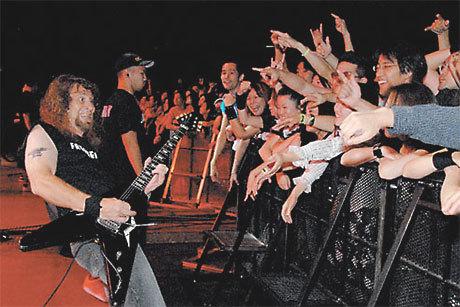 A banda Anvil se apresenta para um público animado