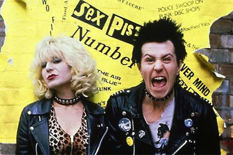 Chloe Webb e Gary Oldman fazem caretas na pele de Nancy e Sid Vicious