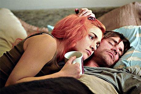 Kate Winslet e Jim Carrey deitados em cena do filme
