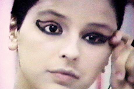 Imagem de arquivo mostra Elena se maquiando