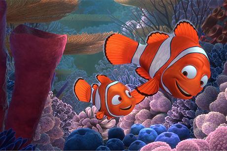 Nemo e o pai nadam juntos em Procurando nemo