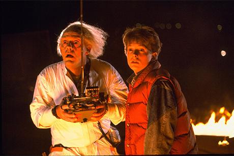 Christopher Lloyd e Michael J. Fox olham para o carro em De Volta Para O Futuro