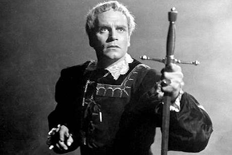 Laurence Olivier segura uma espada