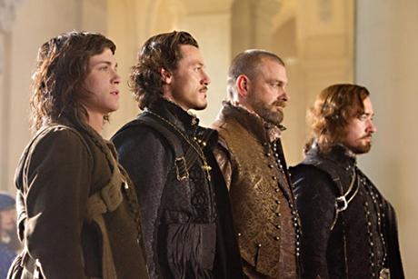 Três mosqueteiros e D'Artagnan enfileirados