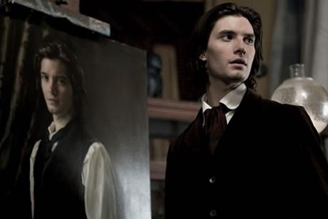 Ben Barnes de pé ao lado de um retrato seu