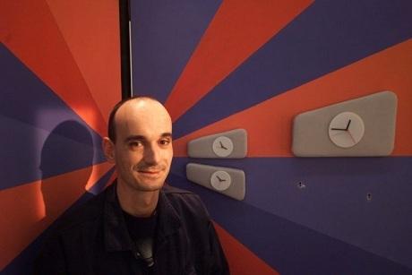 Fábio Massari em cenário da MTV