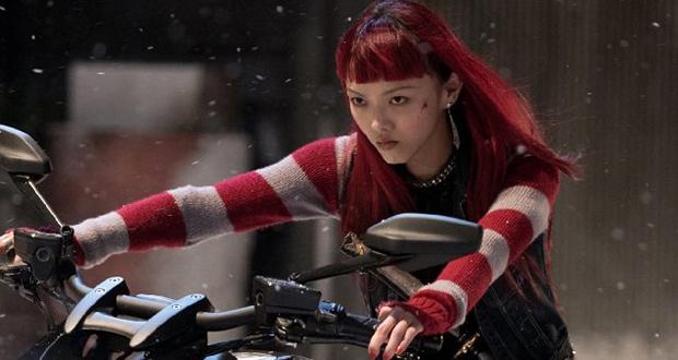 Rila Fukushima em moto, com blusa listrada e cabelos vermelhos. Wolverine Imortal