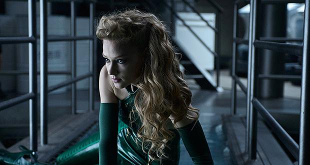 Svetlana Khodchenkova vestida de verde e sentada no chão. Wolverine: Imortal