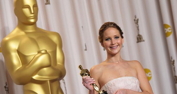 Jennifer Lawrence posa com o Oscar