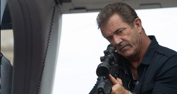 Mel Gibson interpreta o vilão Stonebanks, antigo parceiro de Barney