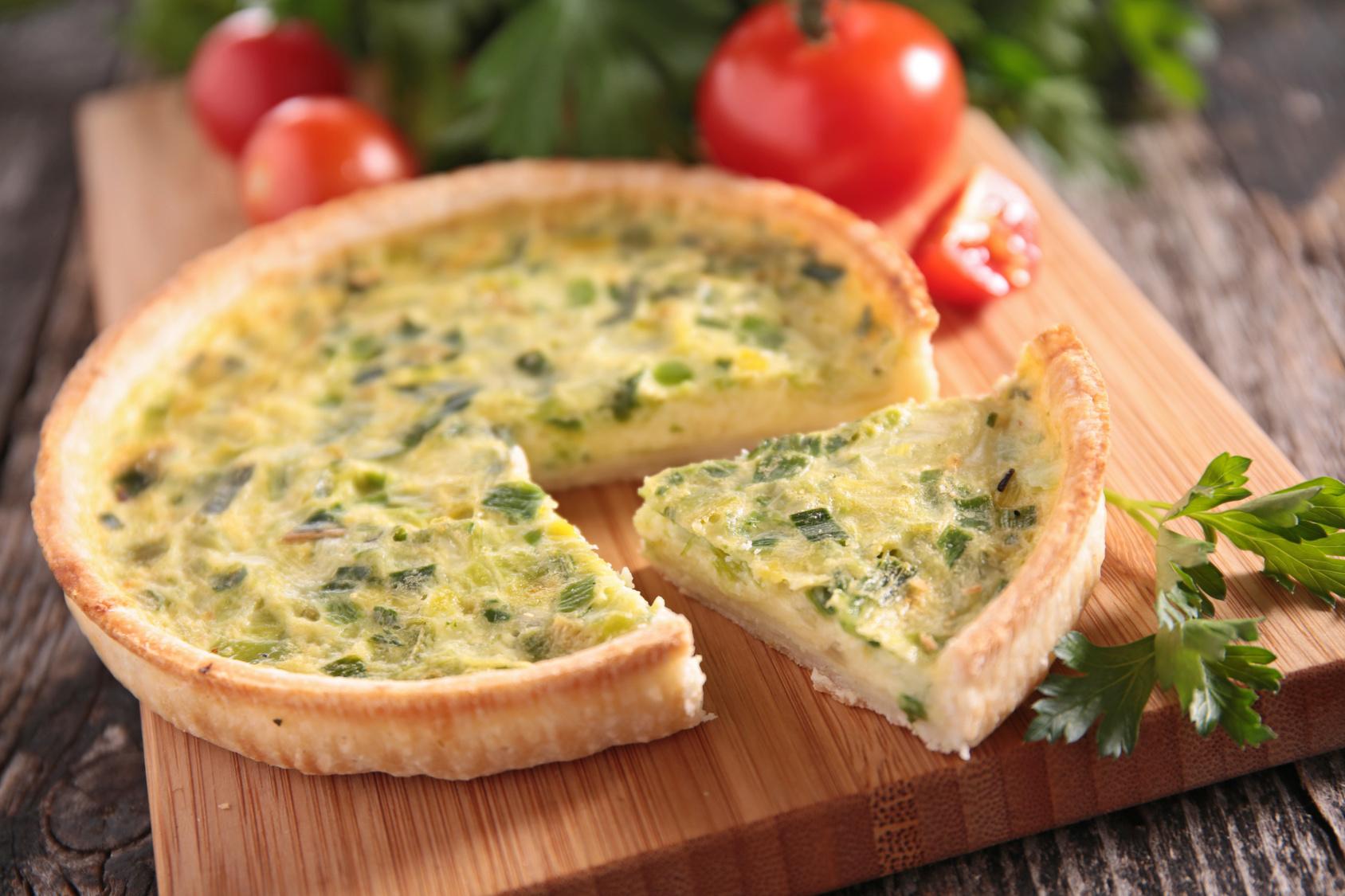 Quiche Funcional de queijo de cabra e alho-poró com salada