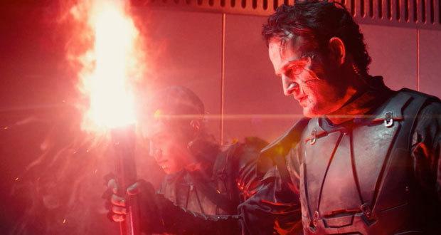 Jason Clarke em cena de O Exterminador do Futuro: Gênesis