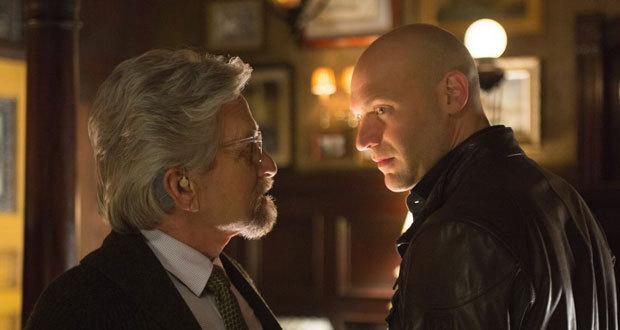 Michael Douglas e Corey Stoll em cena do filme Homem-Formiga