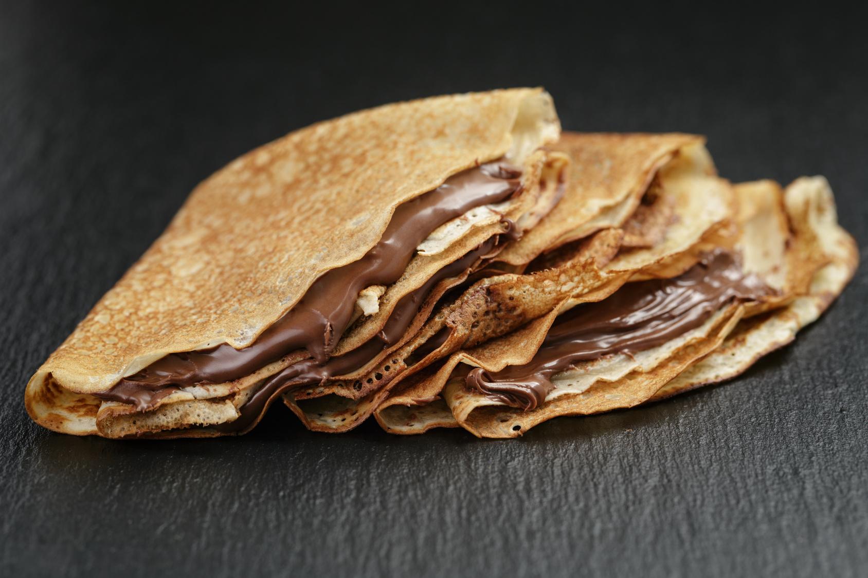 CREPE DE BRIGADEIRO COM CALDA DE CHOCOLATE E NOZES