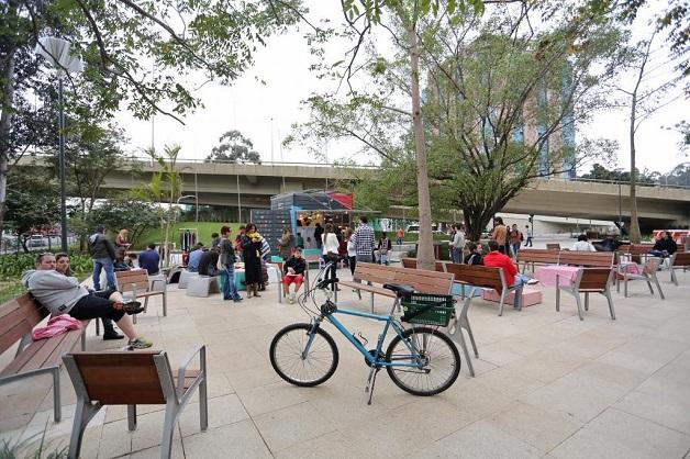 balada de um banco de jardim os azeitonas : balada de um banco de jardim os azeitonas: bancos, árvores e bicicletários, é palco para muitos eventos