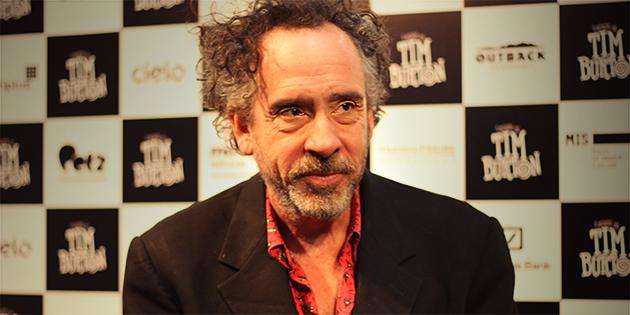 Exposição: Em passagem pelo Brasil, Tim Burton fala sobre a exposição do MIS, uma possível sequência de Beetlejuice e sua admiração por Zé do Caixão