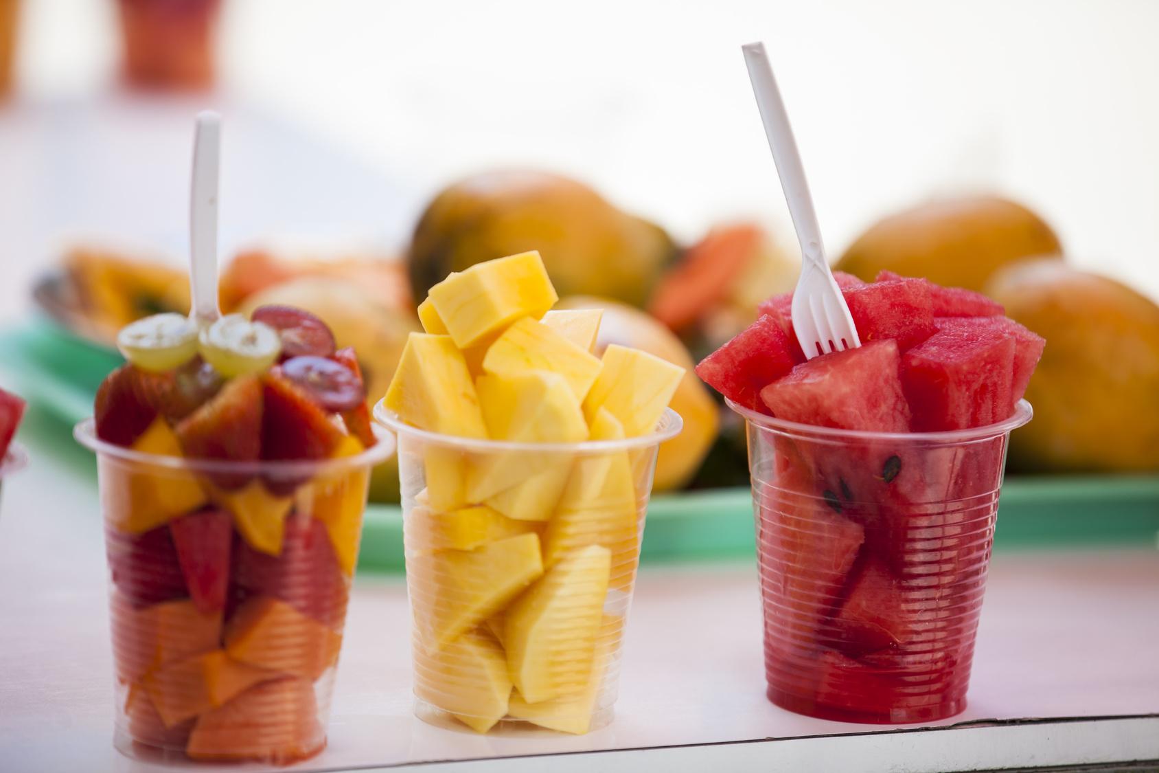Copinho com frutas cortadas