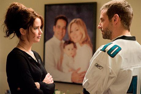 Jennifer Lawrence e Bradley Cooper se olham em cena de O Lado bom da Vida