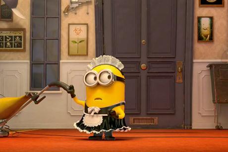 Minion vestido de faxineira segura um aspirador de pó. Meu Malvado Favorito 2