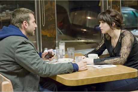 Bradley Cooper e Jennifer Lawrence discutem à mesa em O Lado Bom Da Vida
